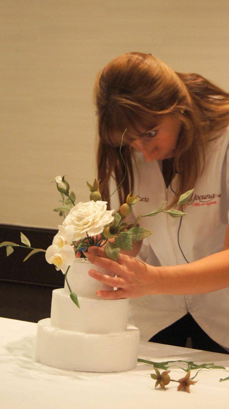 Yocuna demostrando en Feria de reposteria Sugar09_2012 como montar un bouquet en una tarta por HojadeMenta